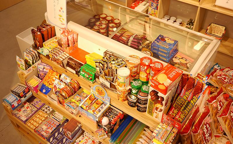 駄菓子も販売しています。